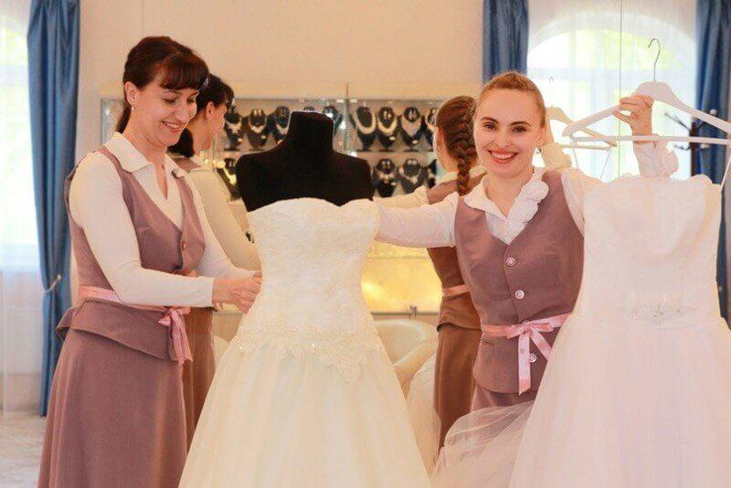 Персонал салона платьев напрокат