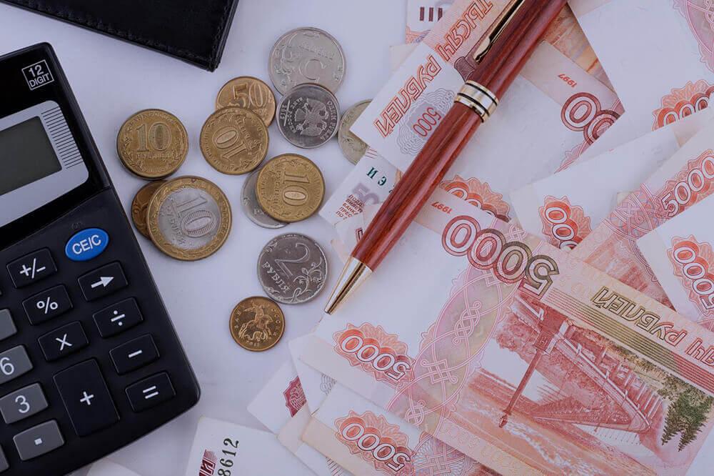 Деньги, калькулятор и ручка